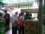 Foto 1 Antrian di Outlet Pusat 7 Ramadhan 1432 H